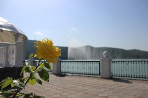 Фонтан на озере Абрау ©Фото пресс-службы ООО «Центр винного туризма Абрау-Дюрсо»