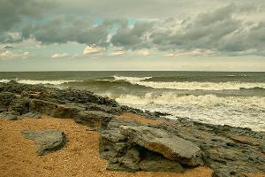 Каспийское море, загородный каменистый пляж ©Фото с сайта komanda-k.ru